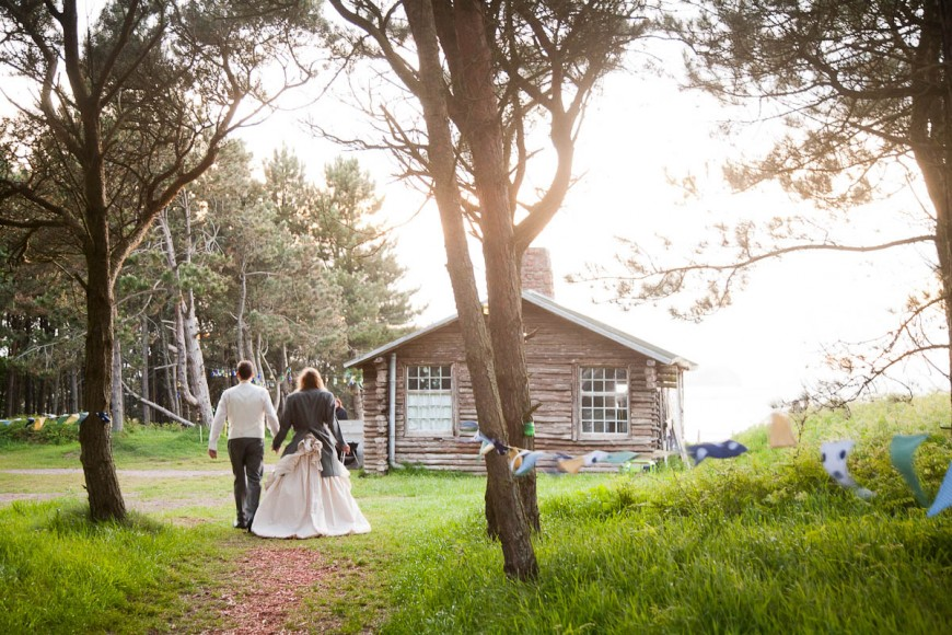 bride and groom arrive back at ravensheugh log cabin
